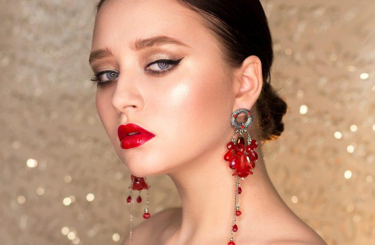 Biżuteria do stylizacji wieczorowej — co wybrać?