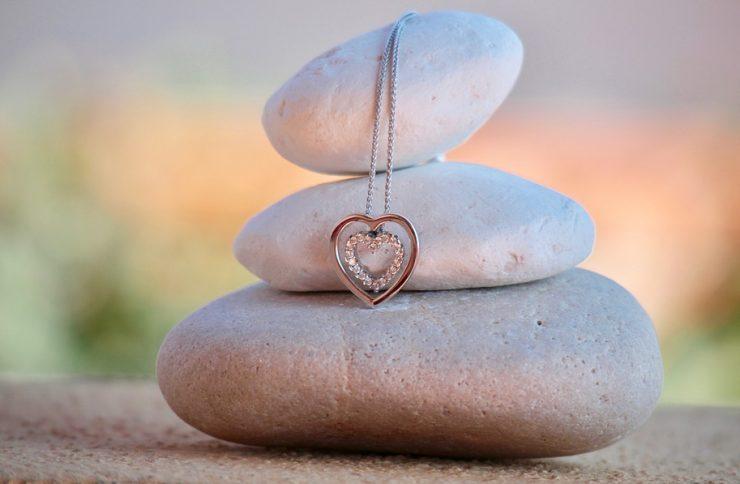 Prezent na Walentynki — biżuteria z serduszkiem i wiecznością